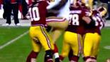 Quarterback es pateado en la entrepierna en pleno partido