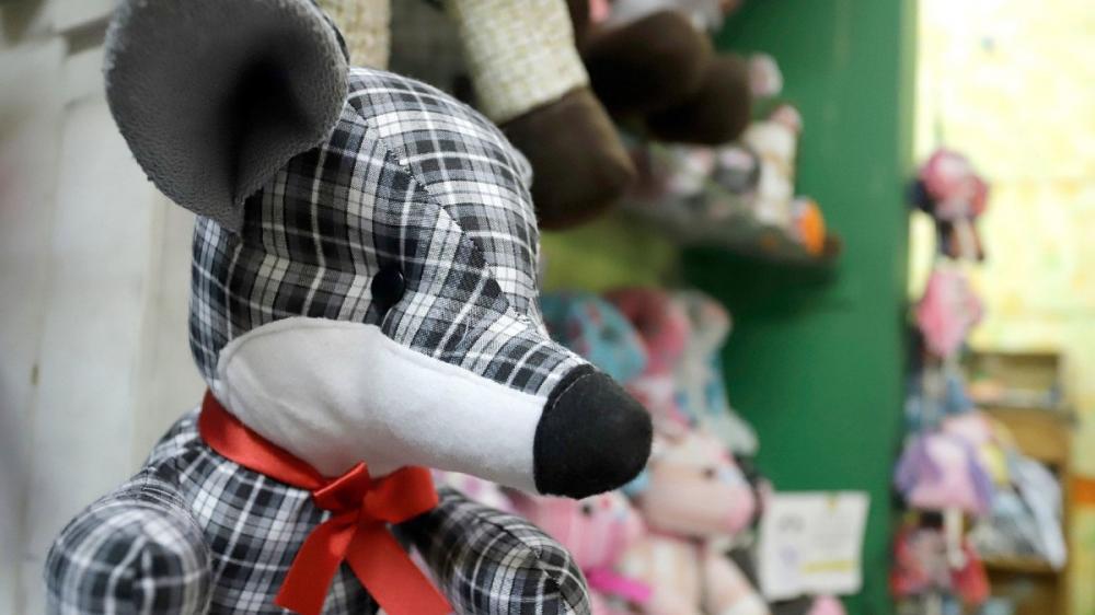 """La empresa """"Entrapando"""" confecciona muñecos de trapo hechos con prendas de víctimas de Covid-19, para ayudar a familiares a soportar el duelo"""
