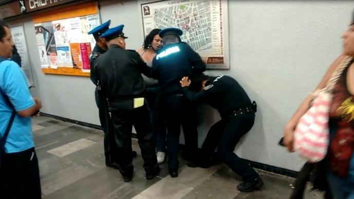 #LadyVagonera agrede a policías y se orina en metro