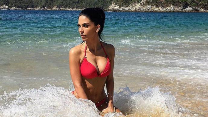 África Zavala deleita con diminuto bikini en la playa | El Gráfico