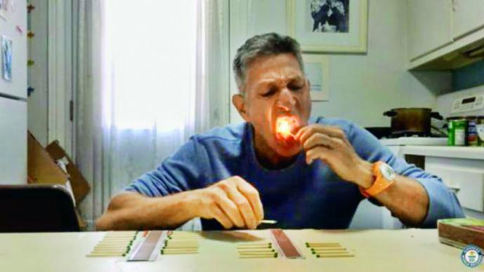 Apagó 37 fósforos con su lengua y rompió el récord Guiness