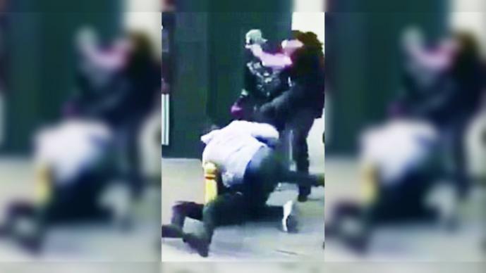 Jugador del Manchester City patea a hombre en la cabeza