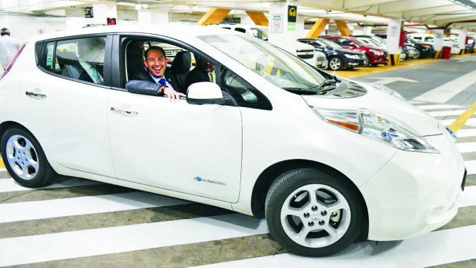 Autos híbridos y eléctricos tendrán descuento de 20% en autopistas urb