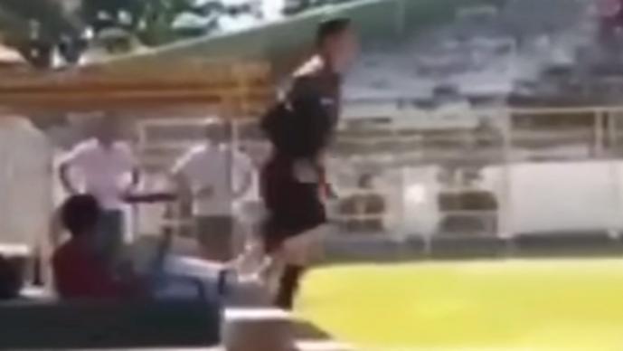 Árbitro saca una pistola en pleno partido de futbol