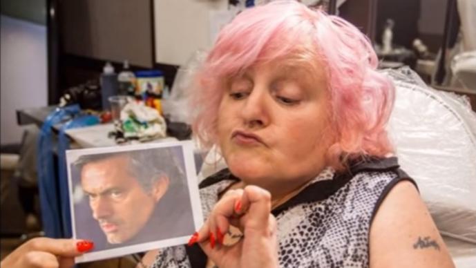 Mujer se tatúa por vigésima vez la cara de Mourinho