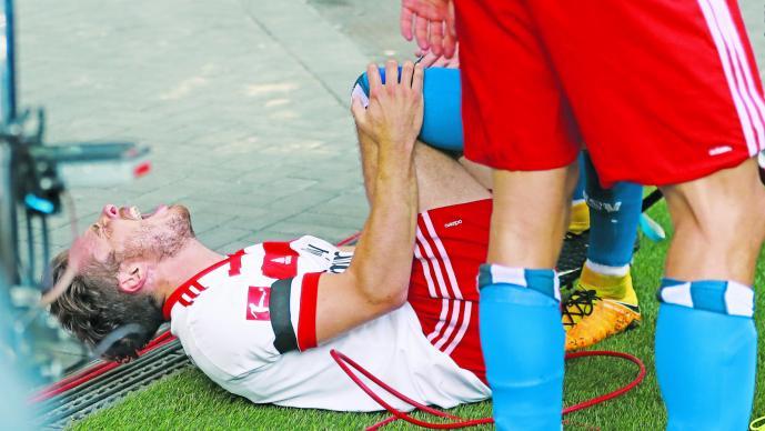 [Video] Insólito: Futbolista se lesionó en efusiva celebración de un gol