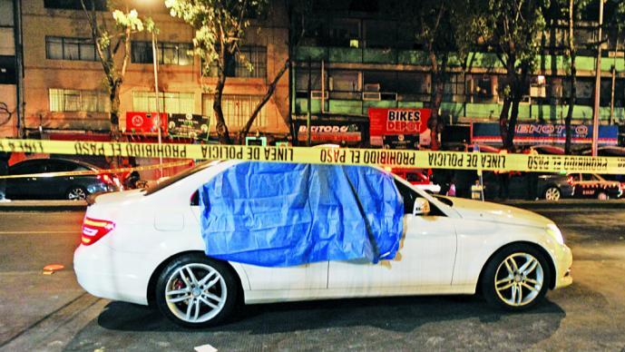 Balacera en estacionamiento deja un muerto y 2 heridos