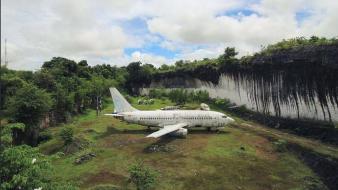 Boeing 737 aparece abandonado en Indonesia y nadie puede explicar su presencia