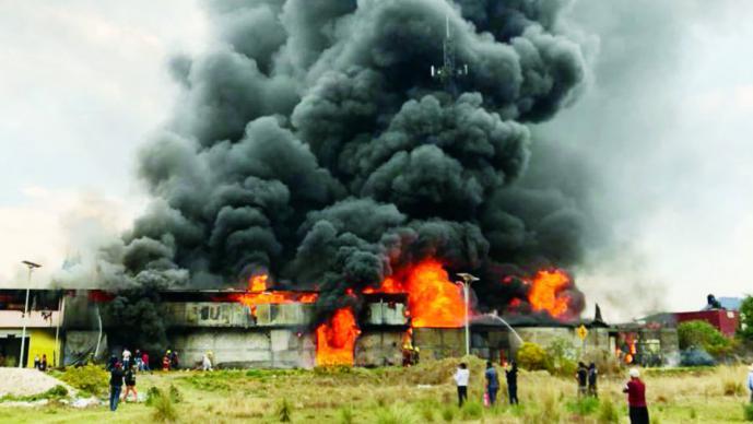 2b15226ffdc Incendio consume fábrica de colchones
