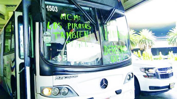 Protestan taxistas en el AICM