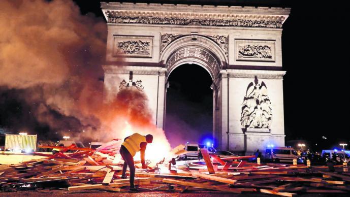 Disturbios en París en protesta contra alza de combustibles