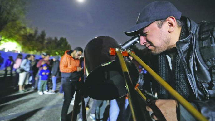Fotógrafos buscaron el mejor ángulo de la luna de sangre