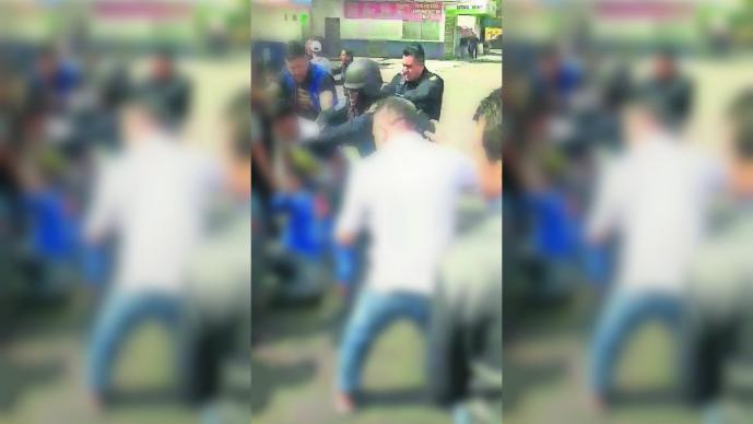 Policía balea pareja tianguis comerciantes golpean Iztapalapa
