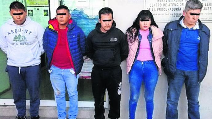5 sujetos asaltan una farmacia bolsas con medicamentos arma falsa