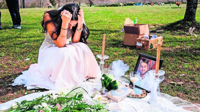 Vestida de novia camina hacia el cementerio: su novio fue asesinado
