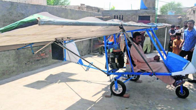 Hombre de 30 años crea su propio avión