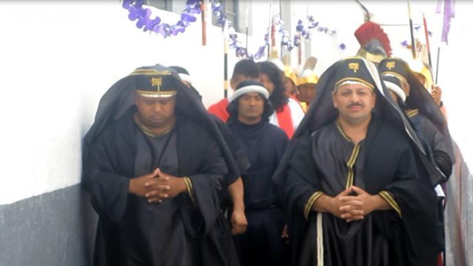 Reclusos del Penal de Ixtlahuaca arman representación de la Pasión de Cristo