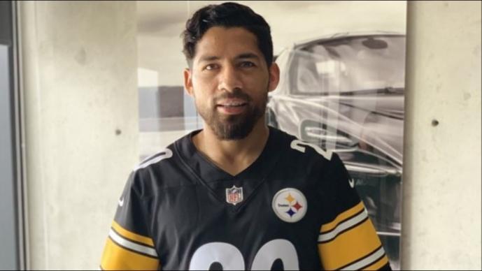 Javier Aquino recibe obsequio de los Steelers