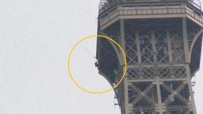 desalojan torre eiffel sujeto intentó escalarla parís francia