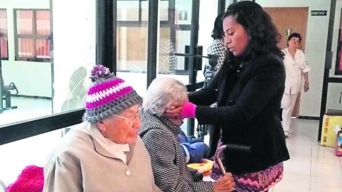 Adultos mayores dejados casas hogar