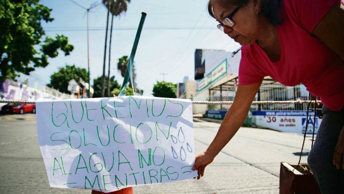 Vecinos de Cuernavaca arman bloqueo por falta de agua