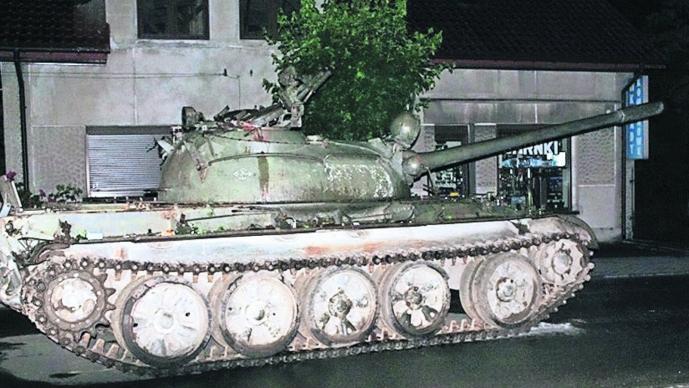 Tanque de guerra soviético Polonia Vía pública Hombre borracho