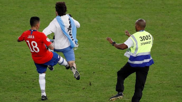 Gonzalo Jara sería sancionado por agredir a un aficionado