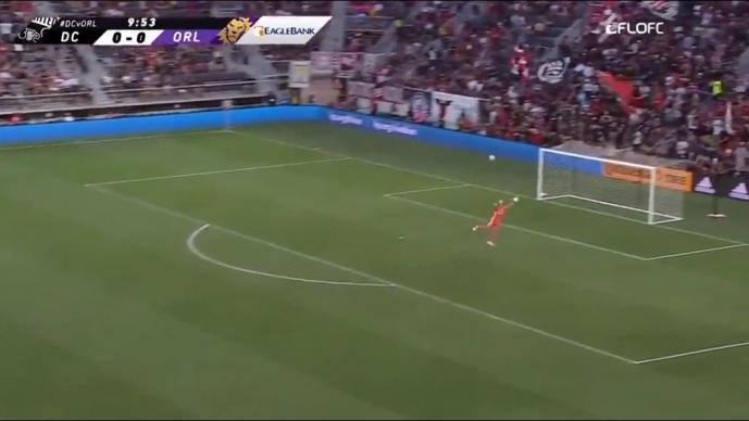 Wayne Rooney marca golazo detrás de media cancha