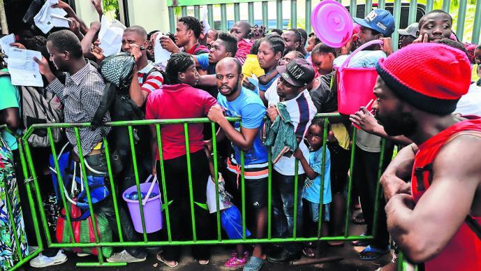 Migrantes haitianos se amotinan en avión de Policía Federal
