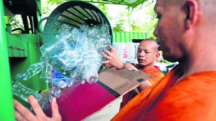 tailandia monjes reciclan botellas pet crean fibras telas ropa