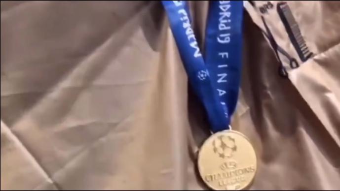 Jugador del Liverpool presume su medalla de Champions en el peluquero
