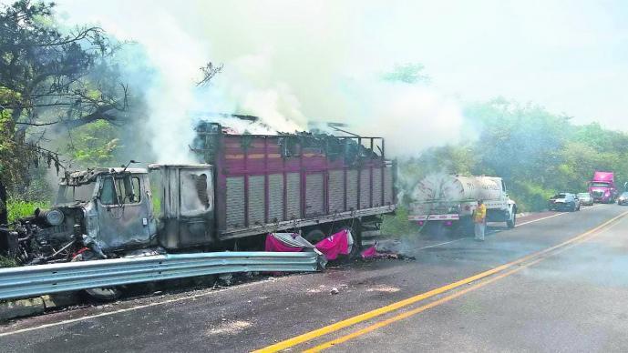 Tráiler cargado de pasta cruda se estrella contra muro y se incendia en Tepoztlán