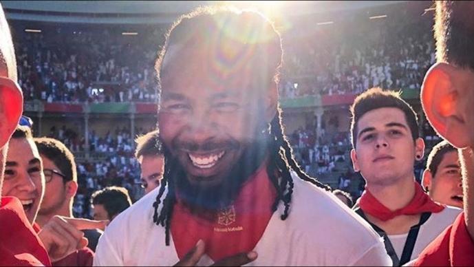 Jugador de la NFL salta sobre un toro en Pamplona