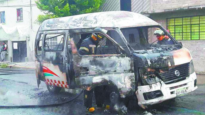Sujetos queman combi secuestran conductor