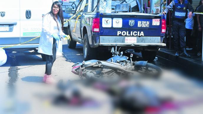 Pareja que viajaba en motocicleta derrapa y camión le revienta la cabeza a mujer en CDMX