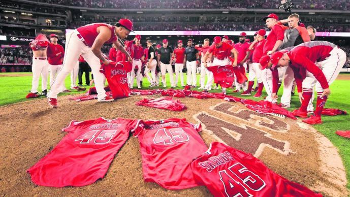 Angels lanzan no-hitter vistiendo el 45 de Skaggs
