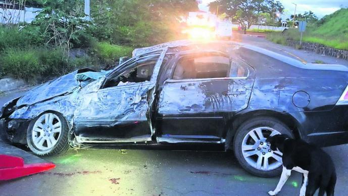 mueren tripulantes vehículo exceso de velocidad volcadura Cuernavaca