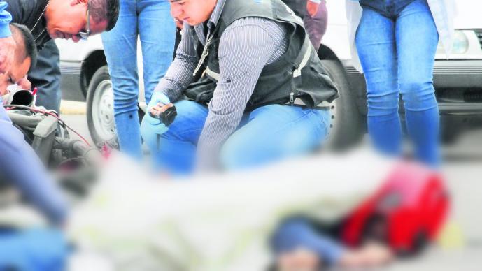 Mujer atropella a motociclista y éste muere al salir proyectado en Toluca
