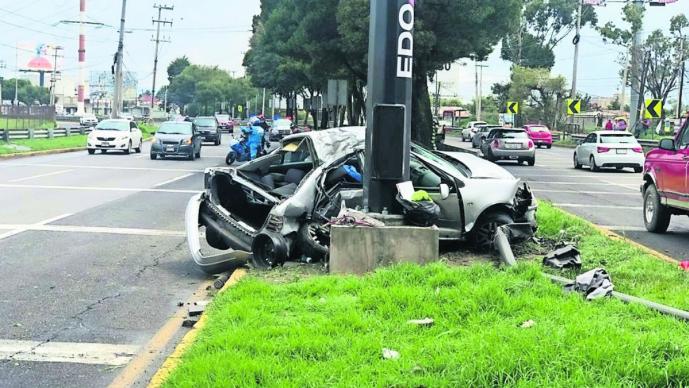 Conductor fallece tras chocar contra poste de cámaras de seguridad en Toluca