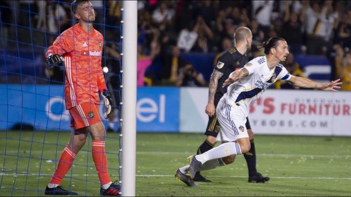 Zlatan se luce ante Vela en el clásico de Los Angeles