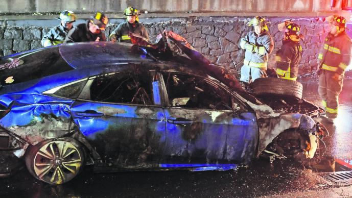 civic vehículo exceso de velocidad se incendia fuego bomberos lesionados tripulantes periférico sur