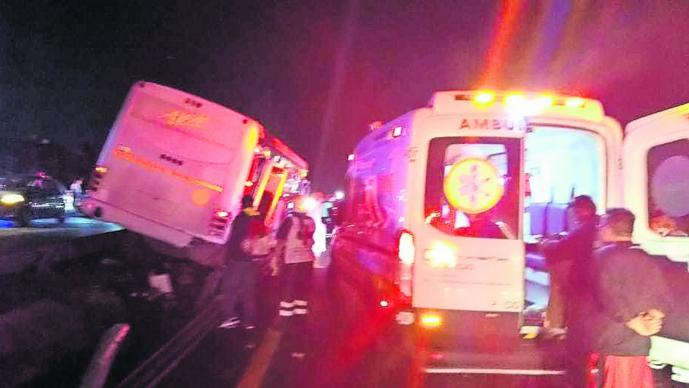 camión pasajeros impacta muro ocho heridos