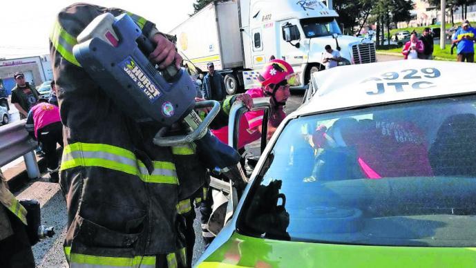 taxista personas rescatadas prensadas taxi accidente vehicular toluca