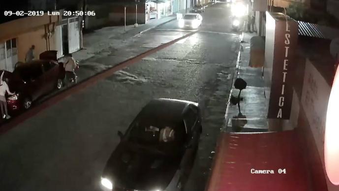 Graban a ladrones de autopartes en acción en Toluca sin importar tránsito de la zona