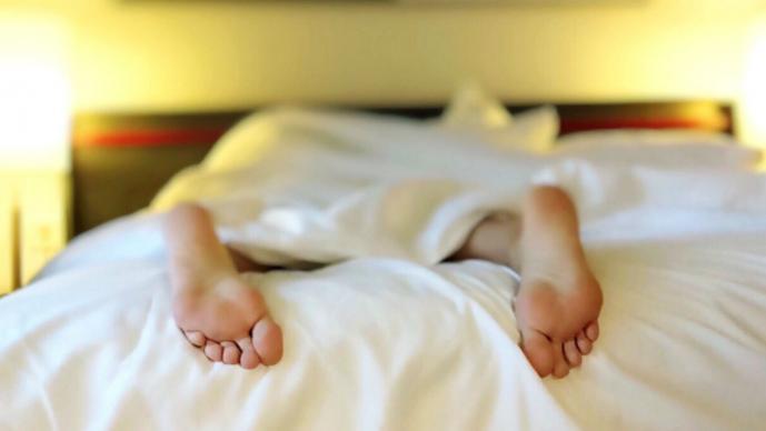 multa hombre cama ajena