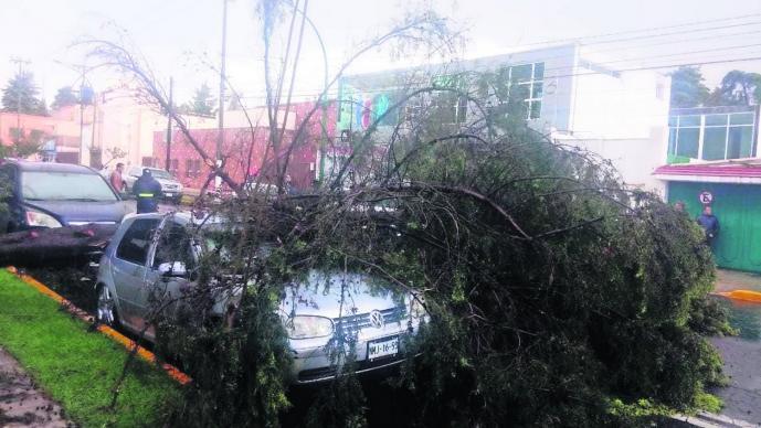 fuertes lluvias en edomex autos dañados