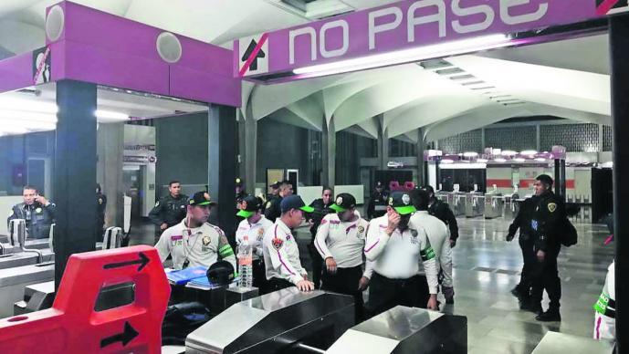 usuarios metro golpean tunden golpiza ladrones estación merced