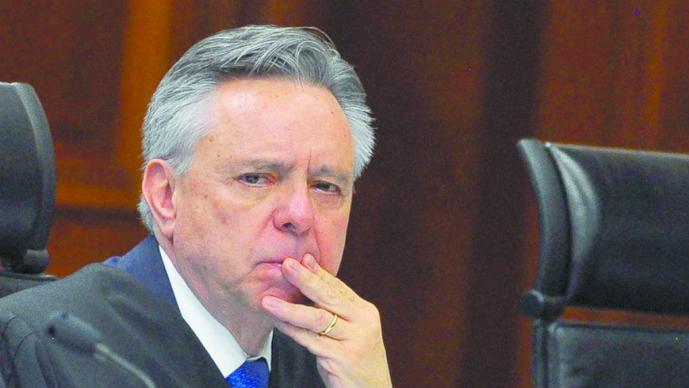 acusan a medina ministro desvío de recursos
