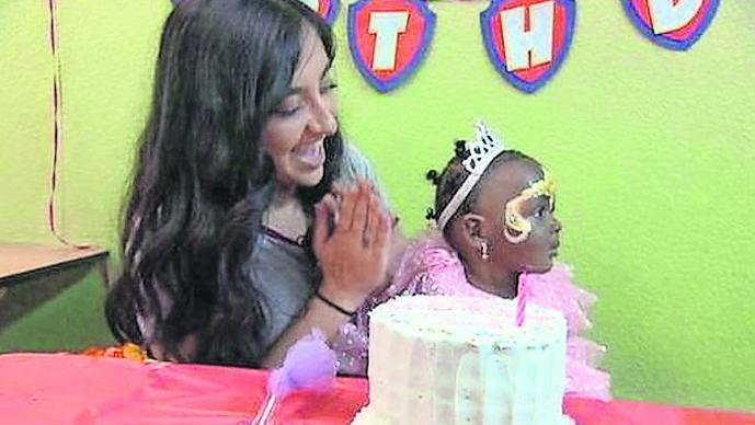 adolescente festeja cumpleaños niños huerfanos
