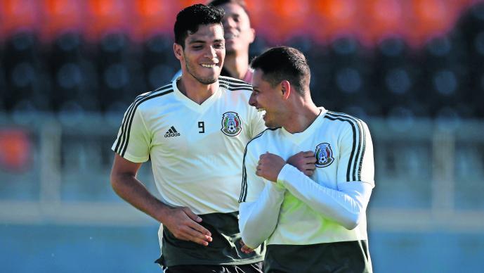 Raul Jiménez encima de Chicharito selección mexicana